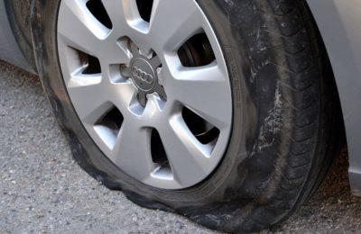 Neumatico deshinchado 400x260 - ¿Cómo cambiar un neumático deshinchado?