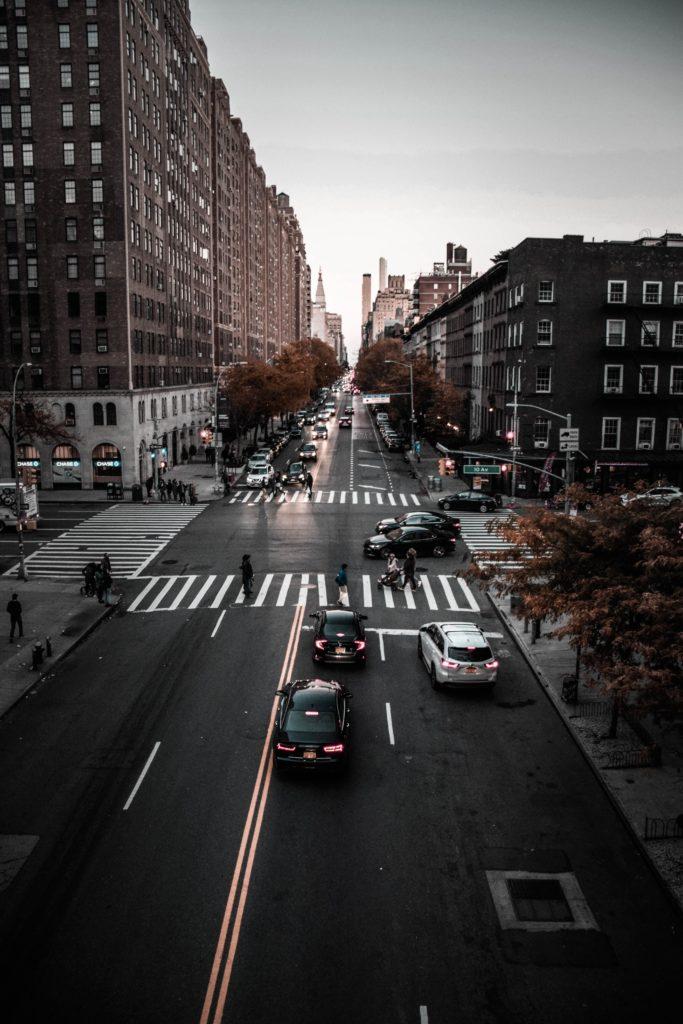 cars on the road 1587267 683x1024 - Operación desconfinamiento: ¿Cuando volveremos a conducir con normalidad?
