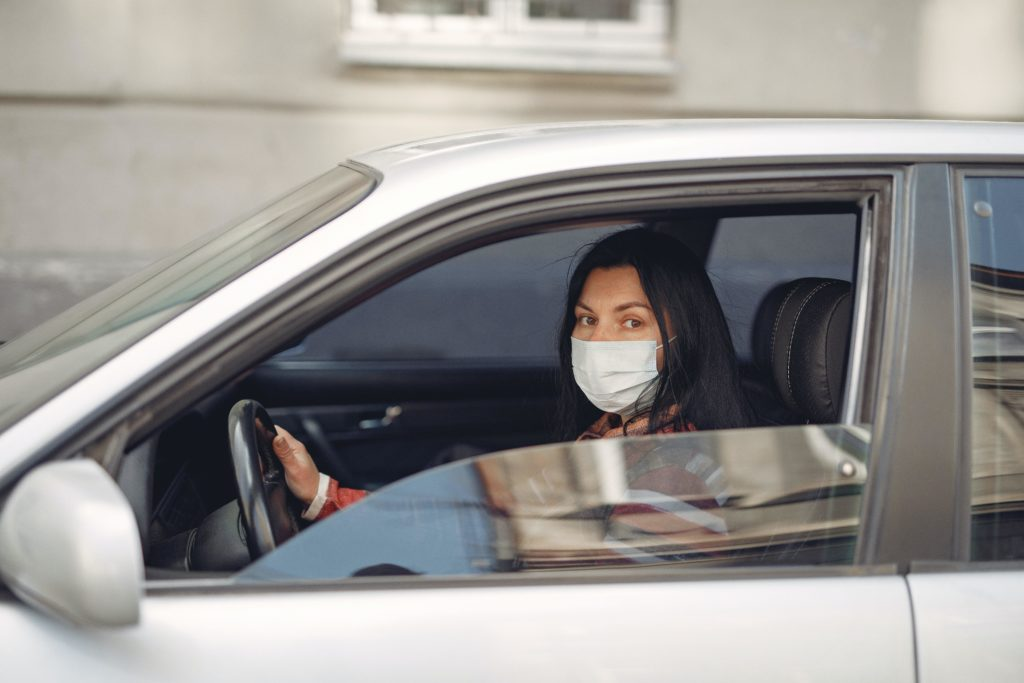 young woman wearing medical mask driving car 3983417 1024x683 - ¿Puedo coger el coche para ir a hacer deporte, pasear o ir a mi segunda residencia?