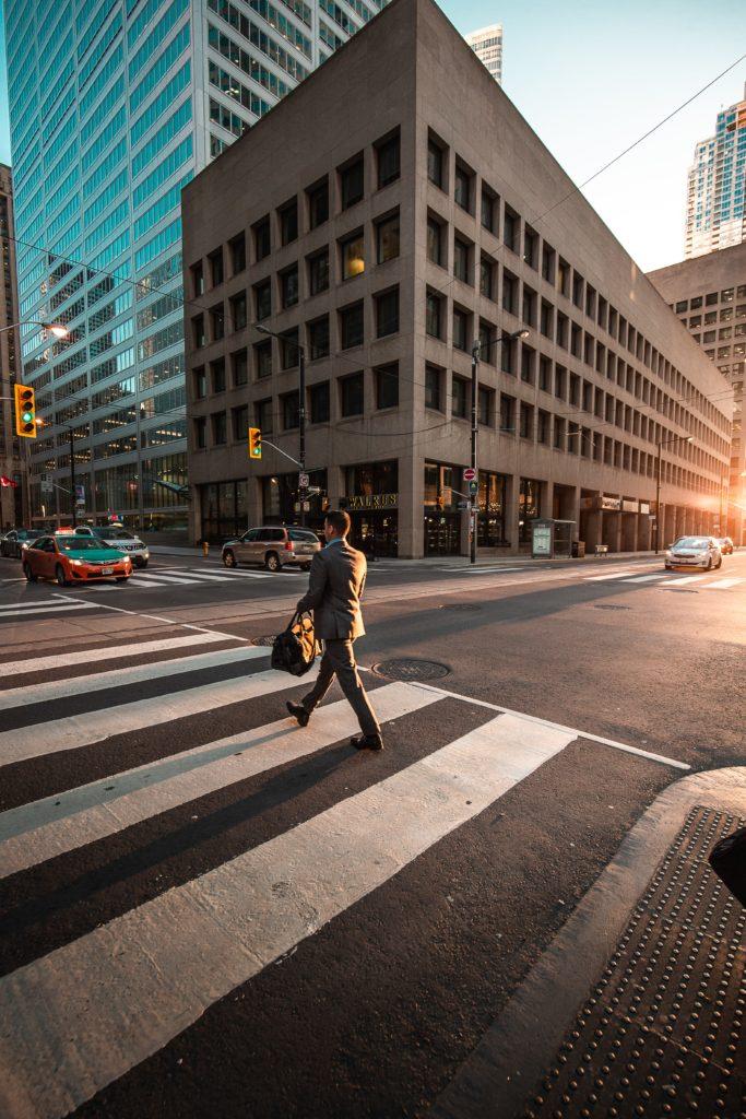 Peaton 2 683x1024 - Día Mundial del Peatón: conductor y peatones unidos en un día
