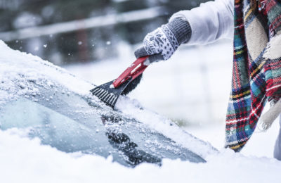 como quitar hielo del coche