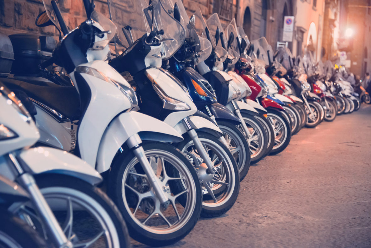 se puede estacionar motocicletas en la acera