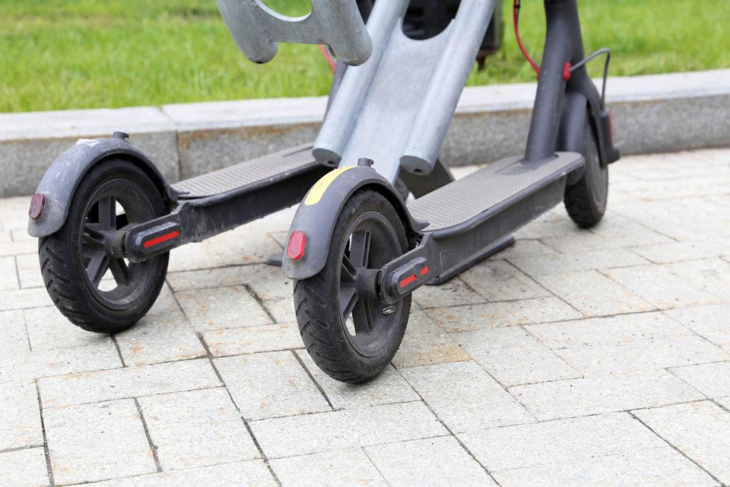 aparca patinetes electricos 2 1024x683 - Dónde y cómo aparcar tu patinete eléctrico en la calle